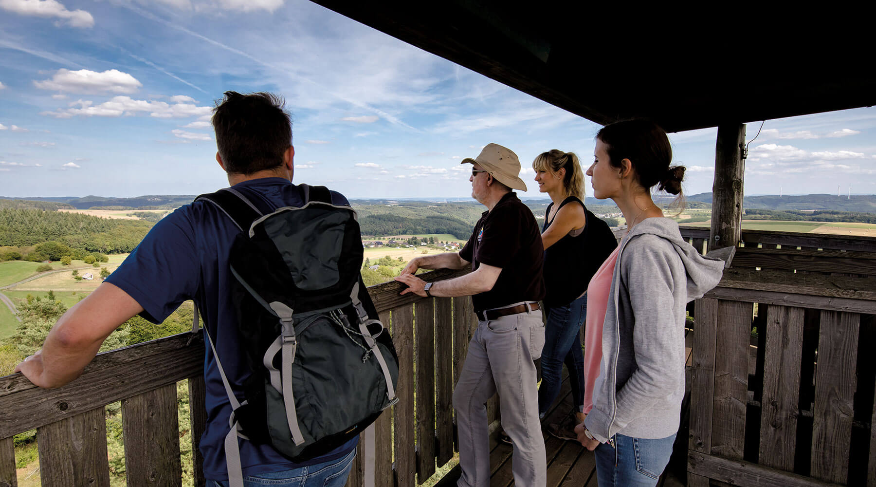 Vulkanpark Booser Doppelmaar Vier Personen blicken vom Booser Eifelturm über die Osteifel