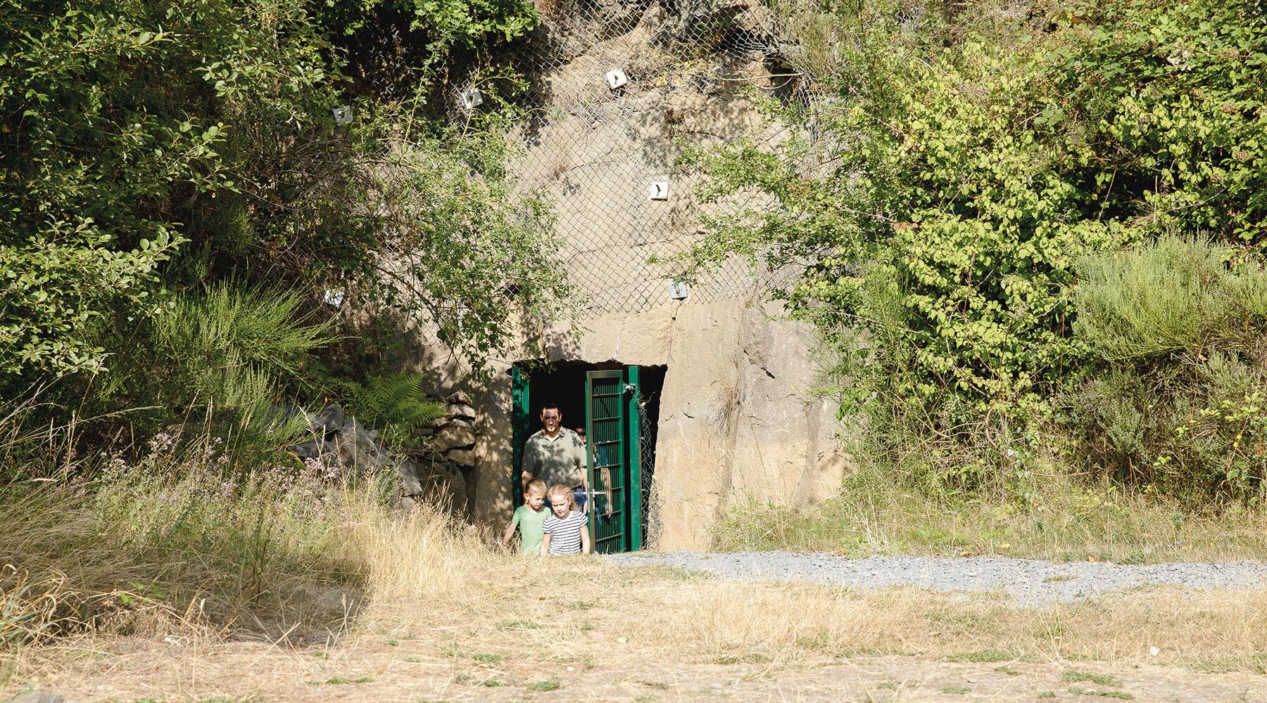 Vulkanpark Mayener Grubenfeld Drei Personen verlassen den Schacht 700 im Mayener Grubenfeld
