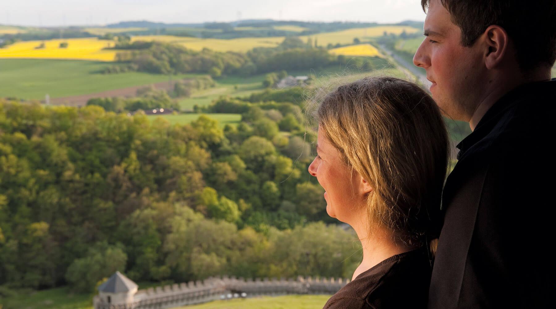 Vulkanpark Katzenberg Ein junges Paar blickt vom Katzenberg über die Eifel