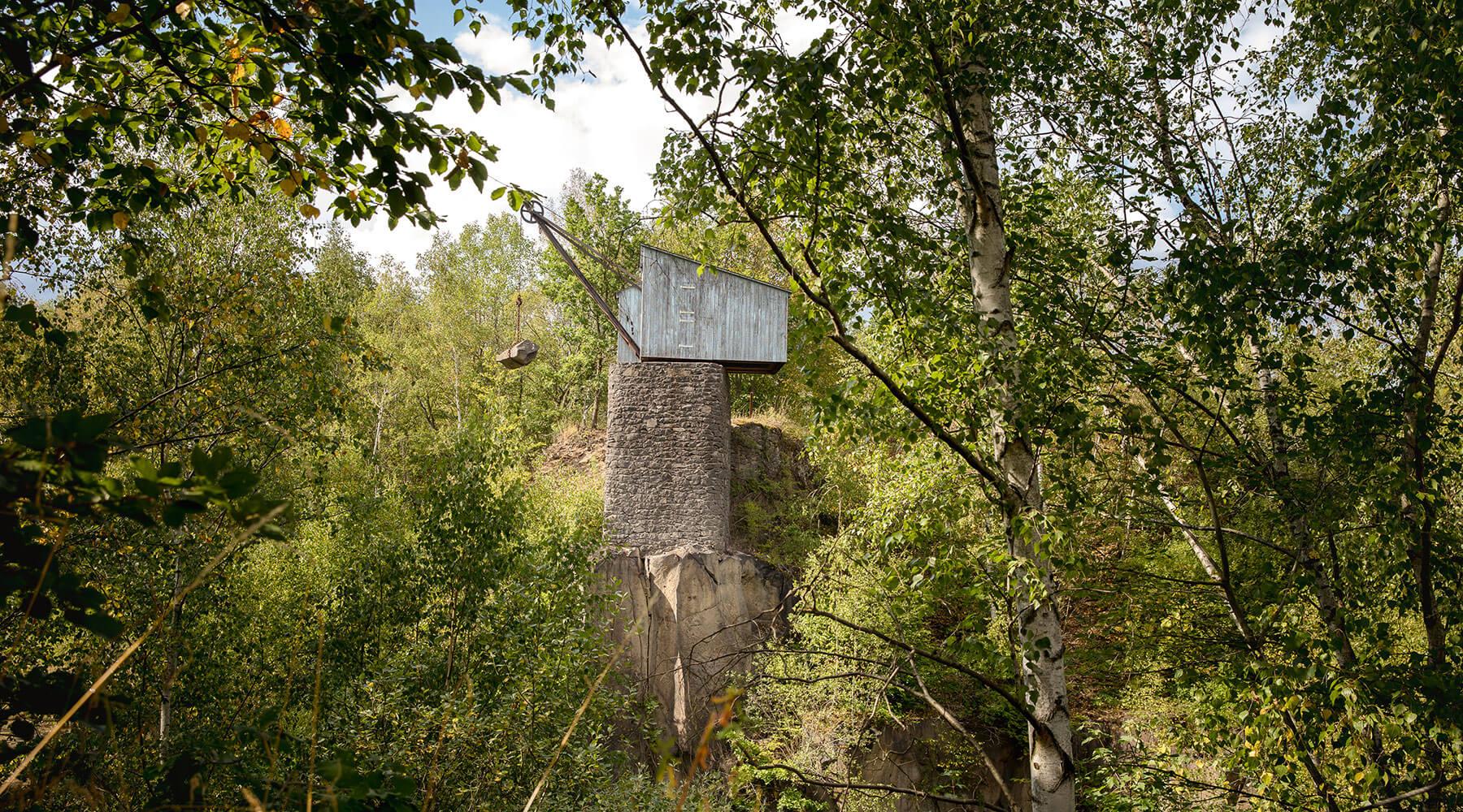 Vulkanpark, Mayener Grubenfeld. Ein Kran im Grubenfeld.