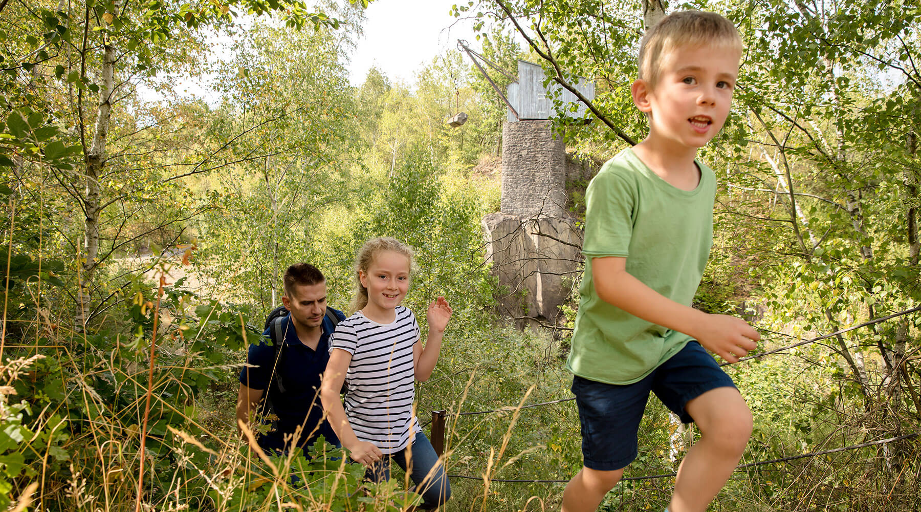 Vulkanpark, Mayener Grubenfeld. Eine Familie wandert im Grubenfeld.