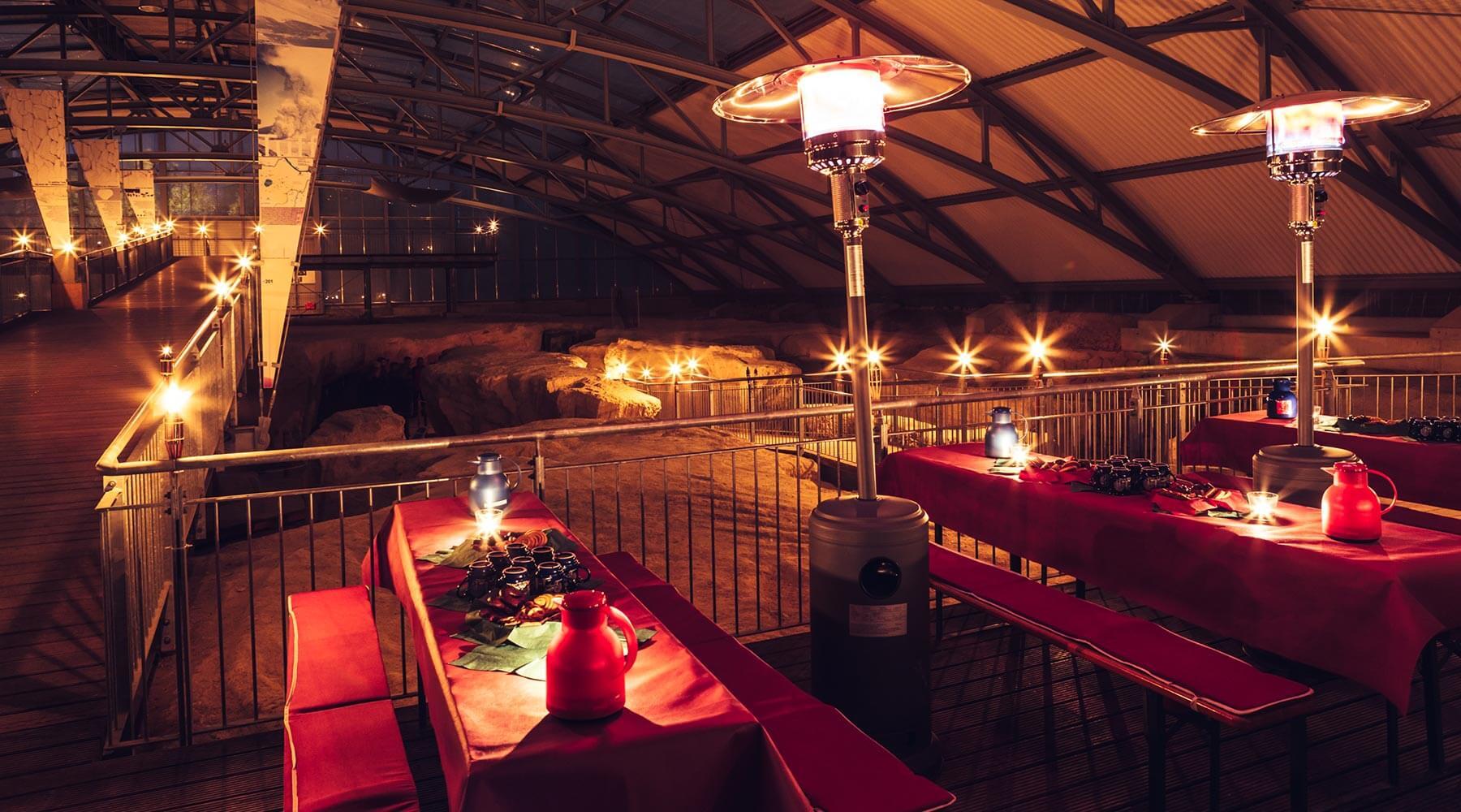 Vulkanpark, Römerbergwerk Meurin bei Nacht im Rahmen einer Fackelführung. Heiße Getränke und Gebäck warten auf die Teilnehmer.