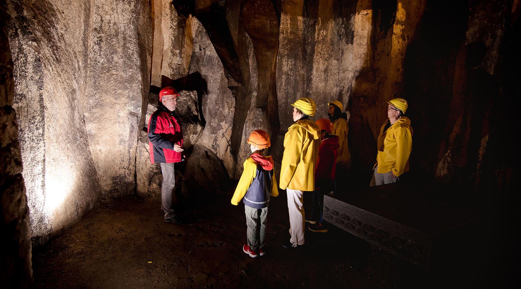 Vulkanpark, Lavakeller. Führung einer Familie durch die Lavakeller in Mendig.