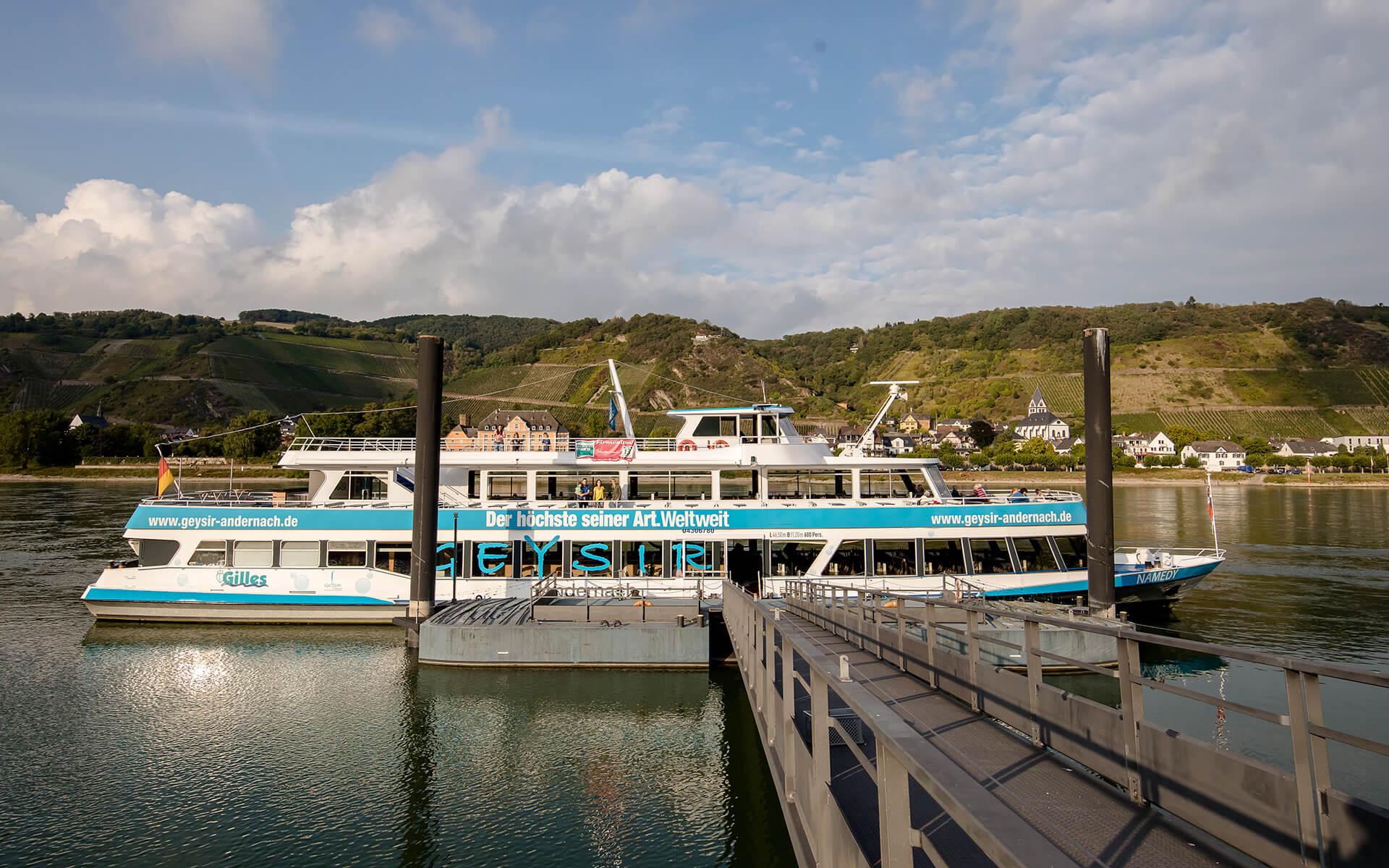Geysir Schiff am Anleger des Naturschutzgebietes Namedyer Werth